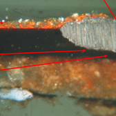Light damage to lacquer surface visible in a cross section viewed under UV light (1), and in a thin section viewed in visible light (2) - 光劣化の状態が観察できる、紫外線下の漆塗膜の断面(1)、および可視光下の薄切片(2)