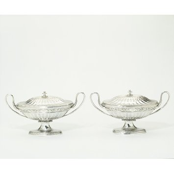 Pair of sauce boats with covers