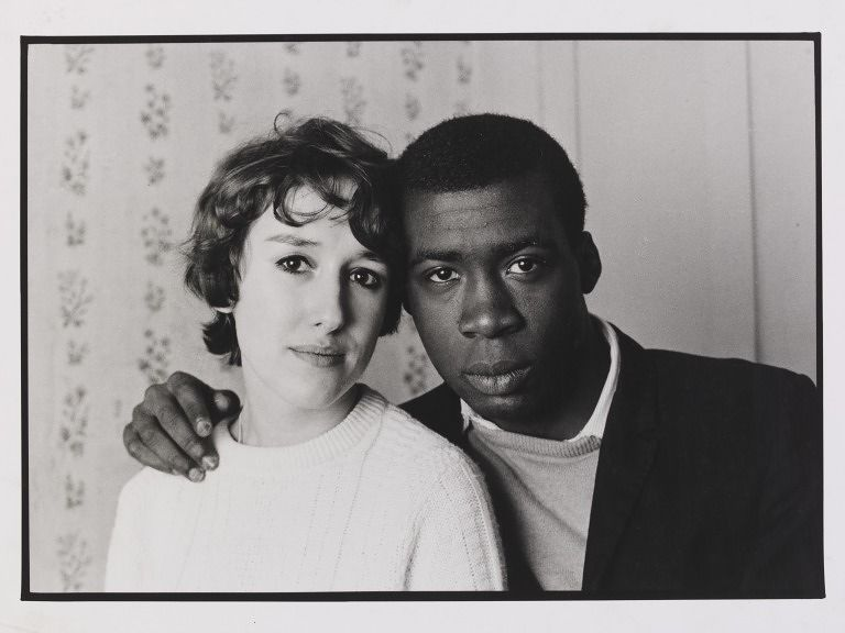 Photo d'un couple à Notting Hill dans les années 60, photo de Charlie Phillips.